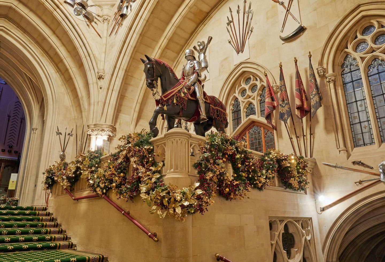 Insgesamt wurde Windsor Castle mit sechs Weihnachtsbäumen und etlichen Girlanden und Kränzen dekoriert.