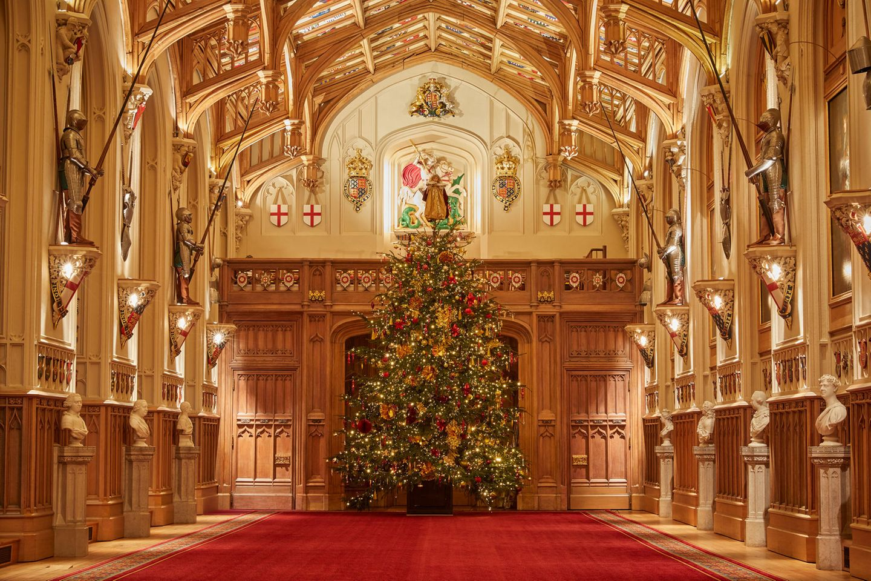 """""""Deck the Halls!"""" heißt es auch bei Queen Elizabeth und Prinz Philip. Die britischen Monarchen haben Windsor Castle einen fulminanten Weihnachtslook verpasst."""