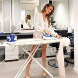 """Wie sexy Hausarbeit sein kann, beweist Charlotte Würdig mit diesem Foto am Bügelbrett. Nur in beigen Stiefeln und einer leichten Bluse bekleidet bietet sie ihre Dienste an: """"Bügelhilfe gefällig?"""" Interessenten gibt es genug; neben viel Lob von prominenten Freundinnen, wie Jessica Paszka und Rebecca Mir, gibt es auch User, denen ein Detail besonders gefällt."""" AproPO Bügeln"""", schreibt ein Fan und bezieht sich auf die knackige Kehrseite, die im Spiegel zu sehen ist."""