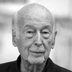 2. Dezember 2020:Valéry Giscard d'Estaing (94 Jahre)  Frankreichs ehemaliger Präsident (1974-1981) Valéry Giscard d'Estaing stirbt im Alter von 94 Jahren an den Folgen von Covid-19.Valéry Giscard d'Estaing wird am 2. Februar 1926 in Koblenz geboren und setzt sich als späterer französischer Präsident für die Versöhnung mit Deutschland ein. ZuHelmut Schmidt († 2015)pflegt er immer eine freundschaftliche Beziehung.