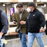 """Leonardo DiCaprio wird mit ihr abgelichtet - in einem ähnlich ungewöhnlichen Look,mit Brille, etwas längeren Haaren und Kordsakko. Zur Aufklärung: Die beiden stehen in Boston, Massachusetts, für ihren neuen Film """"Don't Look Up"""" vor der Kamera und tragen Kostüme."""
