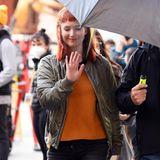 """""""Bitte keine Fotos"""", soll diese Geste von Jennifer Lawrence wohl heißen. Zu spät! Auf neuen Bildern ist die Schauspielerin fast nicht wieder zu erkennen. Rote Haare, Fransenpony und Schlabberlook werfen Fragen auf - und auch ihre Begleitung sorgt für Gesprächsstoff..."""