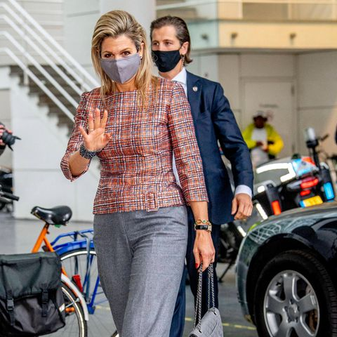 Zu einem Event der Freiwilligenhilfe in Den Haag trägt Königin Máxima ein elegantes Tweed-Oberteil von Natan, dazu kombiniert sie Schuhe von Gianvito Rossi und ihre liebste Chanel-Handtasche. Hose und Accessoire sind in dezentem Grau gehalten. Aber das war nicht ihr einziger Termin an dem Tag ...