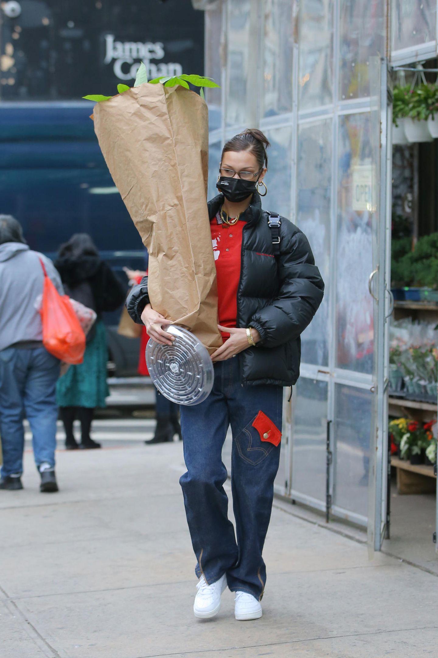 Puh, da muss Bella Hadid aber ganz schön schleppen! Tüte wir Tüte trägt das Model aus einem Laden im New Yorker Stadtteil Chinatown zu ihrem Auto. Was sich darin verbirgt?