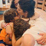 """9. Mai 2020  Wie rührend: Zum Muttertag teilt Schauspieler Matthew McConaughey diese emotionale Aufnahme seiner Frau Camila Alves, während sie ihre Kinder Vida, Levi und Livingston ganz fest im Arm hält. Dazu schreibt er: """"Die Wurzel der Familie - Mütter""""."""