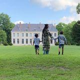 6. Juli 2019  Die Familie von Oscarpreisträger Matthew McConaughey genießt ihren Urlaub in Frankreich. Mit Sohn Livingston in der linken und Sohn Levi in der rechten Hand wandert Camila Alves über die Wiese des luxuriösen Anwesens. In dem Chateau soll Karl Lagerfeld angeblich mal gewohnt haben, so Camila.