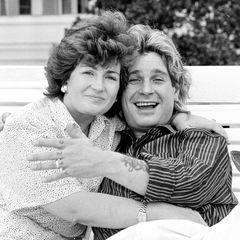 """Sharon und Ozzy Osbourne  """"Ich liebe dich bis zum Mond und zurück...!"""" Rocklegende Ozzy Osbourne feiert heute (4. Dezember) seinen 72. Geburtstag, Grund genug für ein süße Liebeserklärung von seiner Frau, die sie auf Instagram teilte.    Das Bild, übrigens ein anderes, als das Sharon auf Instagram verwendete, zeigt die beiden 1985 in Brasilien, 3 Jahre nach ihrer Hochzeit."""
