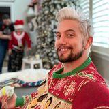 Während Familie Rathbone gerade die diesjährigen Fotos für die Weihnachtskarte machen lässt, füttert Papa Jackson noch schnell den Jüngsten Felix mit Fläschchen. Was der Sohn von seinem Ugly Christmas Sweater hält, kann er aber wohl erst nächstes Weihnachten erzählen.