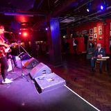 """Anschließend schauen Camilla und Charles im """"100 Club"""" - einem der bekanntesten und ältesten Konzertklubs in Großbritannien - vorbei und lauschen einem Rockkonzert. Mit ihrem Besuch will das Paar dieUnterhaltungsbranche unterstützen,die schwer von der Pandemie betroffen ist."""