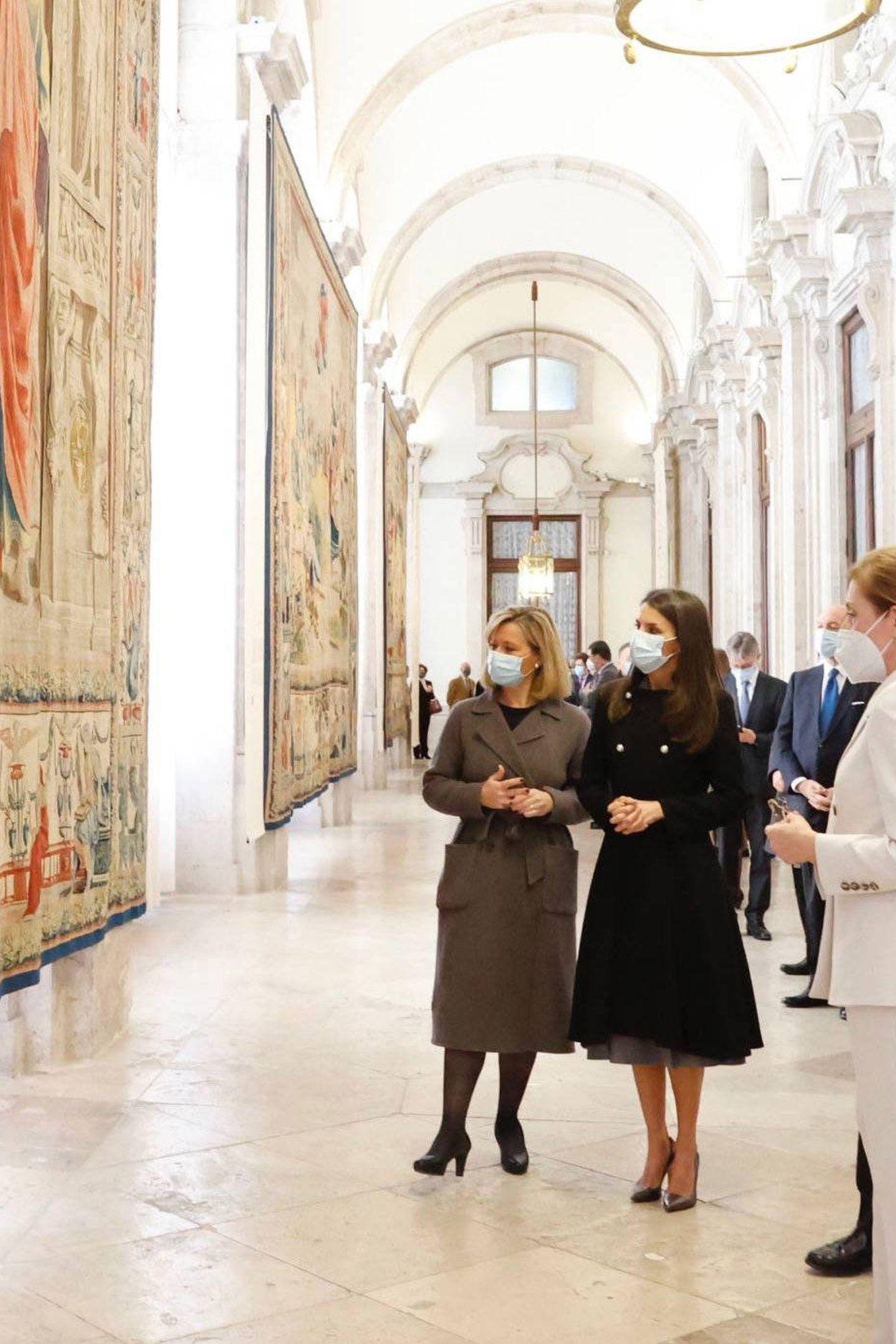 3. Dezember 2020  Königin Letizia schaut sich Hunderte Jahre alte Wandteppiche an, die von der Palastdecke hängen. Ein imposanter Anblick! Sie stammen vom bekannten Renaissancekünstler Raffaello Sanzio da Urbino, der vor 500 Jahren verstarb. Aus diesem Anlass findet nun eine Ausstellung im spanischen Königspalast statt.