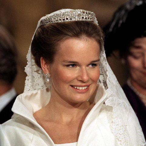 Kaum zu glauben - aber schon vor 21 Jahren, am 4. Dezember 1999, gaben sich Mathilde und König Philippe von Belgien das Ja-Wort. Zum funkelnden Diadem trug die Braut nur kleine Perlenohrringe. Das Diadem wurde in den 1920ern für Königin Elisabeth angefertigt und wurde seitdem in der belgischen Königsfamilie immer weiter vererbt und unter anderem auchvon Königin Astrid und Königin Paola zu vielen wichtigen Anlässen getragen.