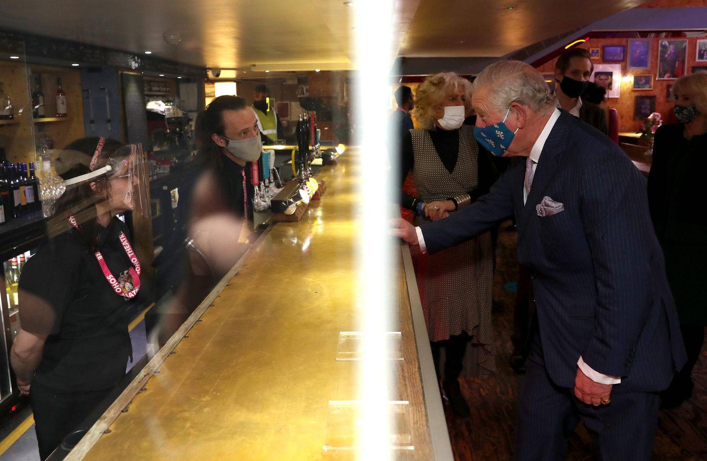 Zum Schluss geht Prinz Charles für eine kleine Erfrischung noch an die Bar.