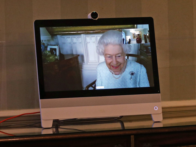 Und wie es aussieht, hat die Queen großen Spaß an den Online-Audienzen.