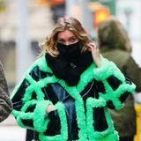 Bei einem Spaziergang durch New Yorks Straßen greift die schwangere Elsa Hosk zu einer wirklich seeeehr speziellen Jacke. Dabei kennen wir die schwedische Schönheit eigentlich in eher dezenten Looks. Zugegeben: Bei dem großen Babybauch passt nunmal auch nicht jedes Teil, aber es gibt garantiert schönere Alternativen.Mit der oversized Jacke aus Leder und grünem Plüsch und natürlich der XXL-Babykugelist Elsa definitiv nicht mehr zu übersehen.
