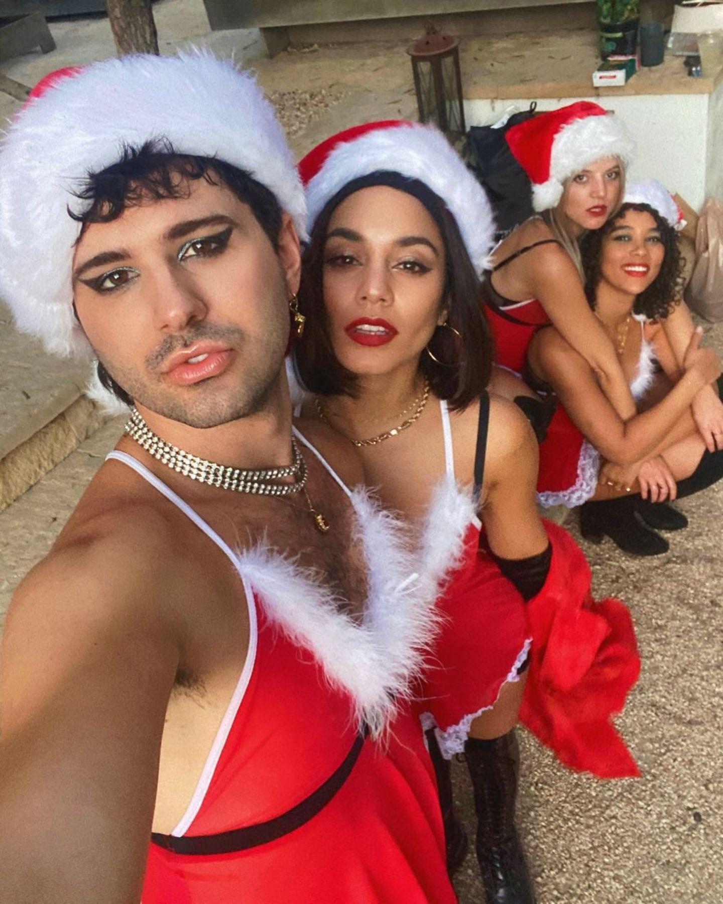 Sexy Santas: Zusammen mit ihren Freunden Vince, GG Magree und Alexandra bringt sich Vanessa Hudgens schon mal in Weihnachtsstimmung.