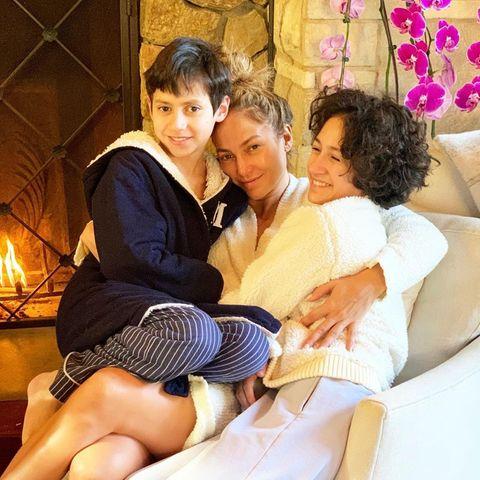 5. Dezember 2020  Könnte es was Schöneres geben, als mit den eigenen Kindern gemütlich am warmen Kamin zu kuscheln? Für Jennifer Lopez wohl nicht, sichtlich entspannt hält sie Max und Emme fest im Arm.