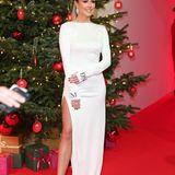 """Klassisch, elegant, weihnachtlich: Der Look vonLiz Kaeber bei der """"Ein Herz für Kinder"""" Gala in Berlin sieht einfach nur umwerfend aus. Das weiße Kleid mit Beinschlitz macht das Outfit richtig besonders und edel. Die Sandaletten sind dazu die perfekte Wahl."""