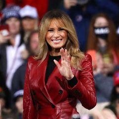 Bei ihrem ersten Auftritt nach der Niederlage von Donald Trump zeigt sich Melania Trump in einem Look, den sie so ähnlich bereits unzählige Male getragen hat. Rot scheint eine der Lieblingsfarben in der Garderobe der amtierenden First Lady zu sein. Deshalb wählt sie auch diesmal einen roten, wadenlangen Trenchcoat in Lederoptik. Dazu kombiniert sie Schwarz. Warum Melania immer zu Rot greift, lässt sich natürlich nicht eindeutig sagen. Aber Rot ist nunmal eine Powerfarbe und die verleiht Melania jede Menge Ausstrahlung.