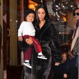 Mit gut einem Jahr hatte Kim Kardashians Sohn Saint schon ein ziemlich lässiges Lächeln drauf, von Mama herumtragen lassen, hatte er sich aber dochnoch.