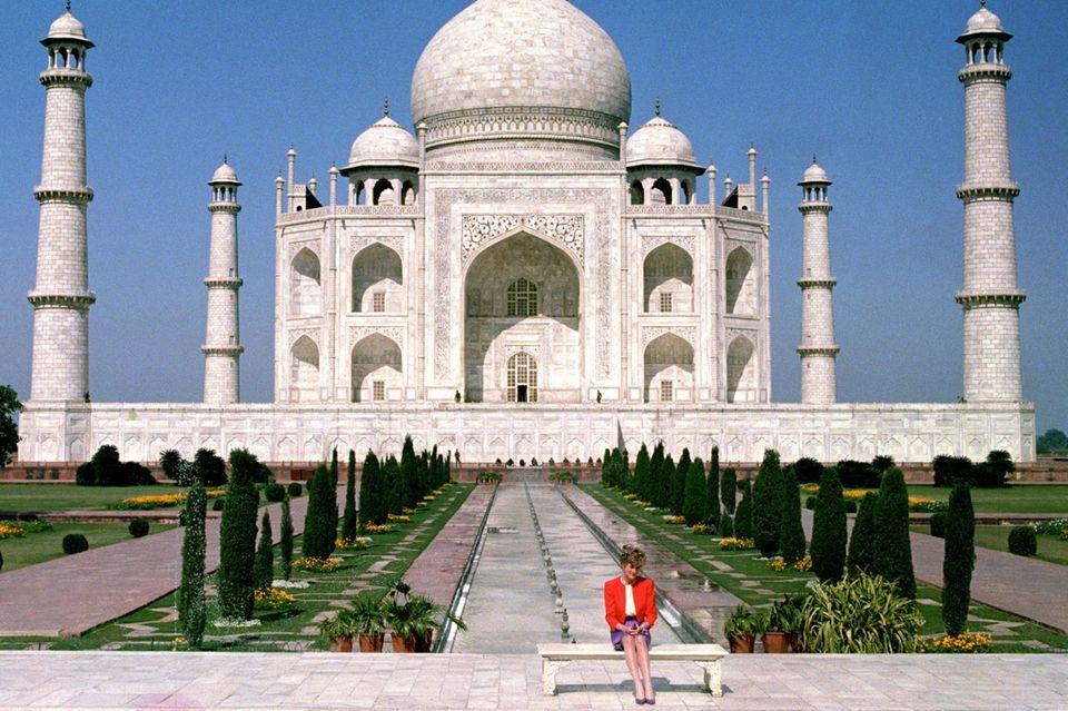 Prinzessin Diana sitzt alleine vor dem Taj Mahal in Indien - dieser Anblick gibt Anlass zur Spekulationen über den Stand ihrer Ehe mit Prinz Charles.