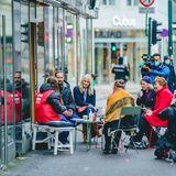 Vor einem Café in der Fußgängerzone unterhält sich das Kronprinzenpaar mit Osloern, begleitet von Kameras, bewacht von der Polizei und mit ausreichend Abstand.
