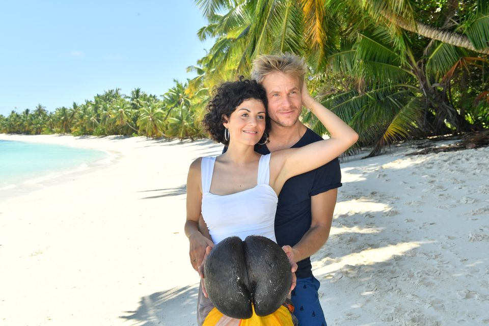"""Liza Tzschirner undFrederic Heidorn mit einereinzigartige Kokosnussart auf den Seychellen.""""Das Traumschiff: Seychellen"""" sehen Sie am 01. Januar 2021 um 20:15 Uhr im ZDF."""