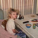 Elle Fanning  Grimmiger Blick, verwuschelte Haare und eine Schüssel Cornflakes auf dem Tisch: Mit diesem witzigen Bild erinnert sich Schauspielerin Elle Fanning an ihren typischen Morgen als Kind zurück. Doch daran hat sich bis heute nichts geändert ...