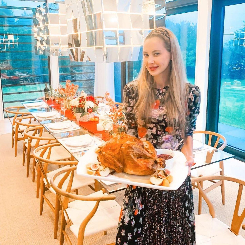 Für Alessandra Meyer-Wölden gehört das traditionelle Thanksgiving-Dinner seit ihrem Umzug in die USA jedes Jahr dazu. Ihre festliche Tafel strahlt in warmen Tönen und passt perfekt zum knusprig gebratenen Truthahn.An dem stilvoll gedeckten Tisch findet die ganze FamiliePlatz.