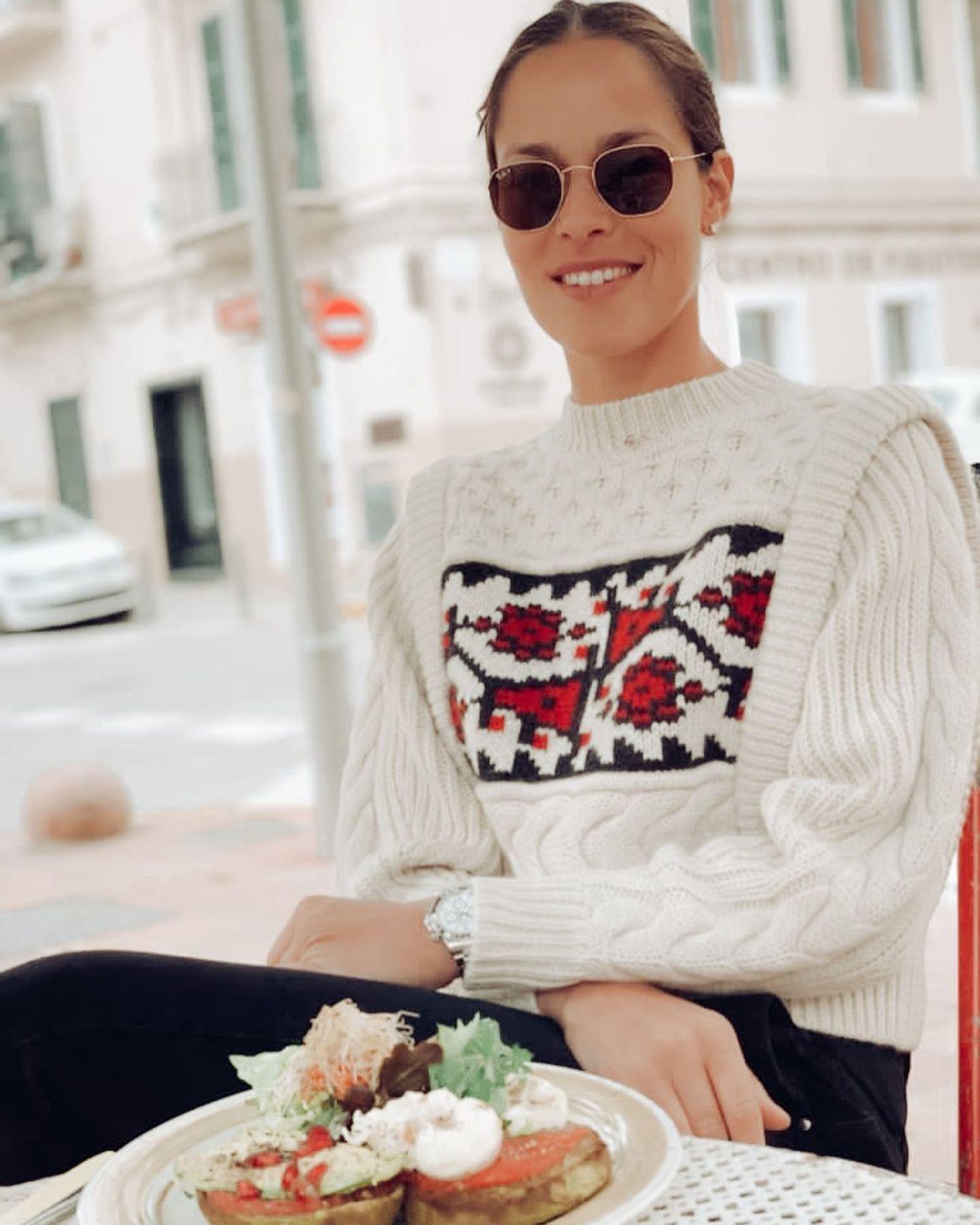 Auch in der Winterzeit setzt Ana Ivanovic auf eine gesunde und ausgewogene Ernährung. Eingekuschelt in einen warmen Pullover genießt sie ihr liebstes Frühstück, das aus einem Avocado-Toast mit pochiertem Ei besteht. Dazu darf es dann gerne ein Matcha-Latte sein, der die Sportlerin von innen wärmt.