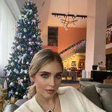 Klar, dass Megainfluencerin Chiara Ferragni ihr Mailänder Apartment trendy und extravagant dekoriert. Ob Treppenschmuck oder blinkender Weihnachtsbaum –hier geht es hoch her!