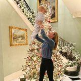 Das erste Weihnachten mit Töchterchen Milou wird für Tessa Hilton und Ehemann Barron Hilton etwas ganz besonderes. Passend dazu haben sie den Eingangsbereich über und über mit Weihnachtsdekoration geschmückt.