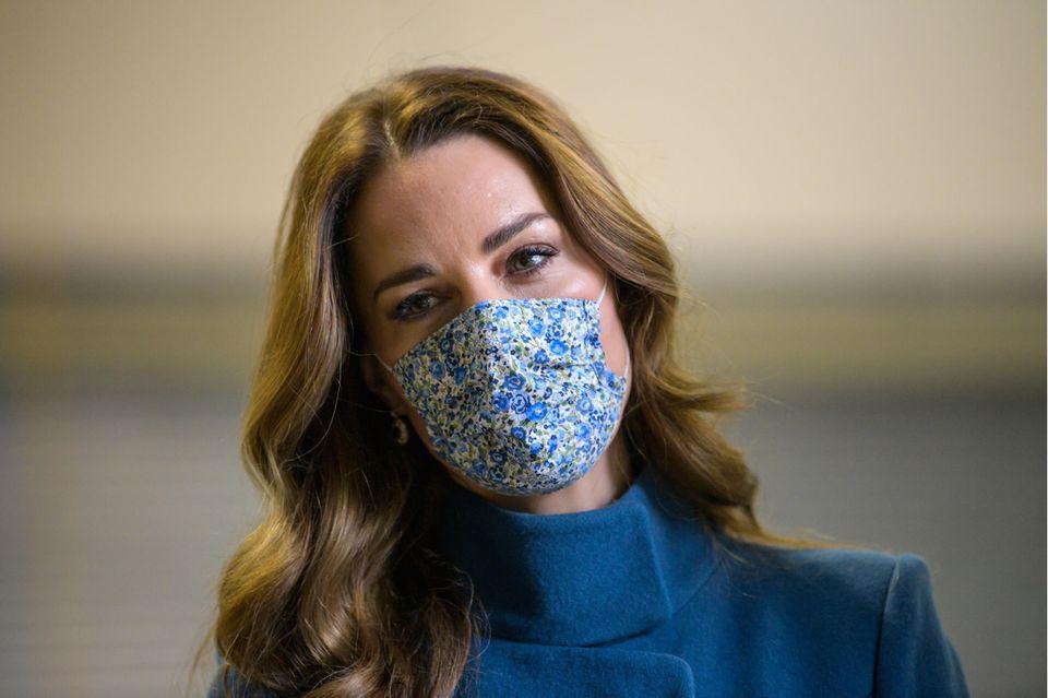 In Zeiten der Coronapandemie ein unverzichtbares Accessoire: Kates geblümte Gesichtsmaske von Amaia Kids.