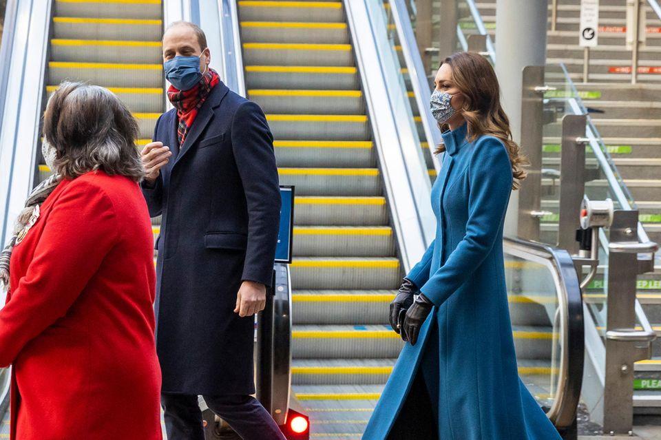 Top gestylt kommen William und Kate in Edinburgh an.