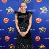 Chelsea Handler im braven, schwarzen Volants-Kleid