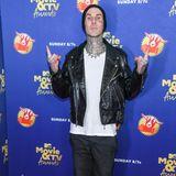 """Travis Barker, ehemaliger Drummer der Punk-Rock-Band Blink 182 ist ebenfalls zu den """"MTV Music & TV Awards"""" geladen. Ganz leger präsentiert er sich von seiner coolen Seite und verzichtet auf einen Anzug für den Red Carpet."""