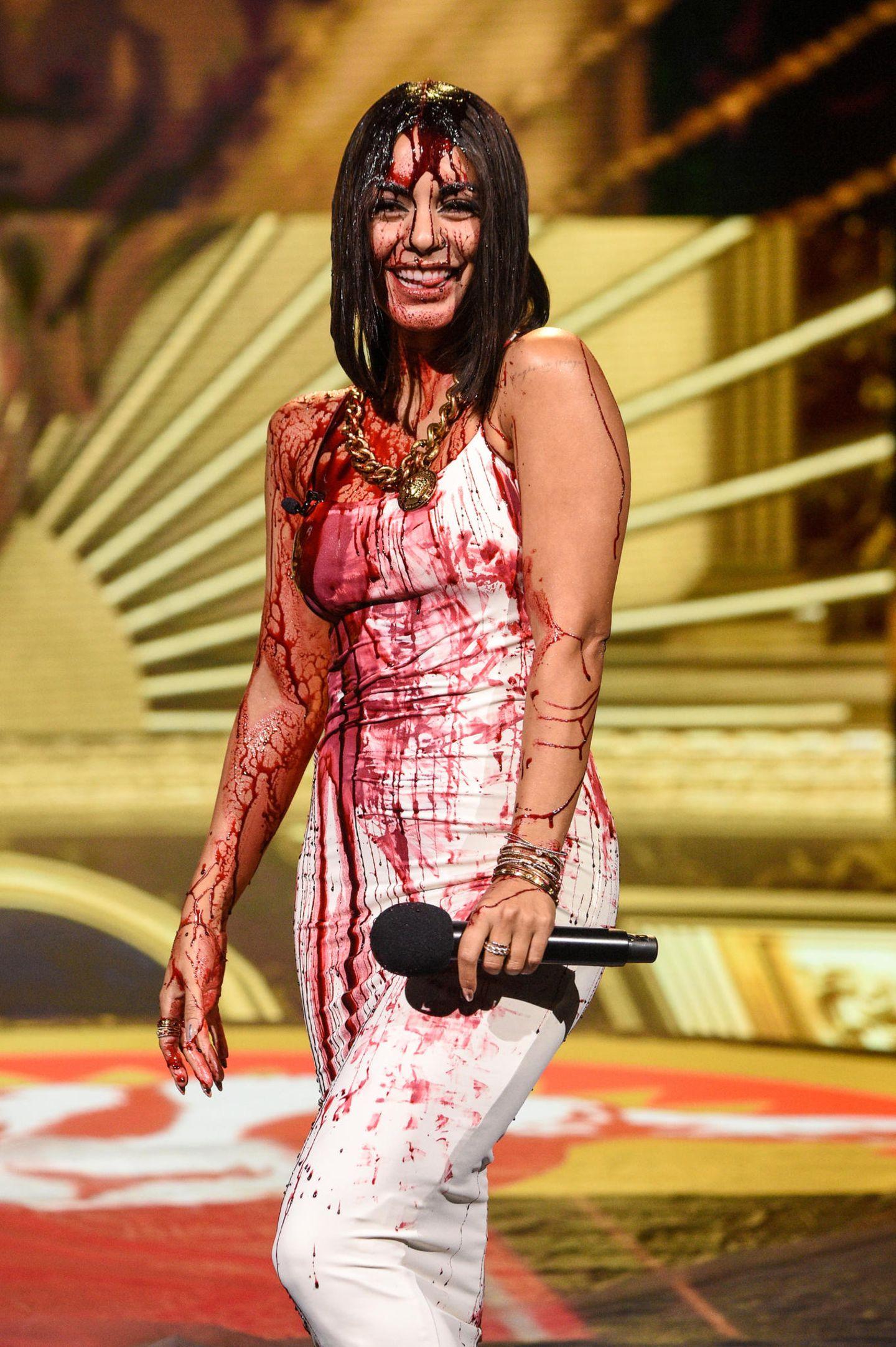6. Dezember 2020  Blutbad auf der Bühne:Moderatorin Vanessa Hudgens kann sich bei den MTV Movie & TV Awards über eine kräftige Dusche mit Kunstblut freuen. Was tut man nicht alles für einen guten Grusel-Effekt?!