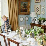 Für Interior-Expertin Alice Naylor-Leyland sind die Weihnachtstage nicht nur das Fest der Familie, sie kann sich auch in Sachen Tischdeko komplett austoben. Tochter Nancy scheint die winterliche Schwanen-Landschaft zu gestalten.