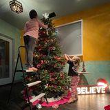 Ganz schön klassisch sieht der Weihnachtsbaumschmuck bei Pink und Carey Hart aus. Die gemeinsamen Kinder Willow und Jameson helfen fleißig mit.