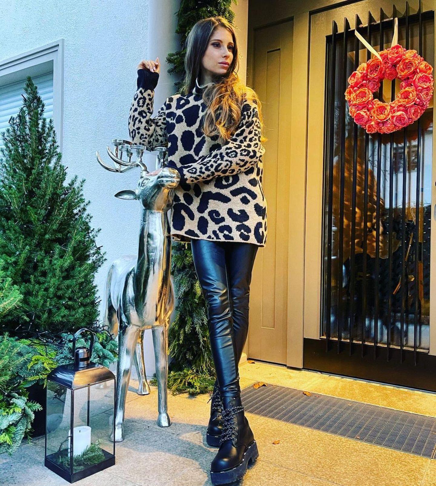 Kranz an der Tür, Hirsch davor – im Haus von Cathy Hummels scheint das große Dekofieber zur Weihnachtszeit ausgebrochen zu seien. Sie selbst dekoriert sich für einen Schnappschuss gleich dazu.