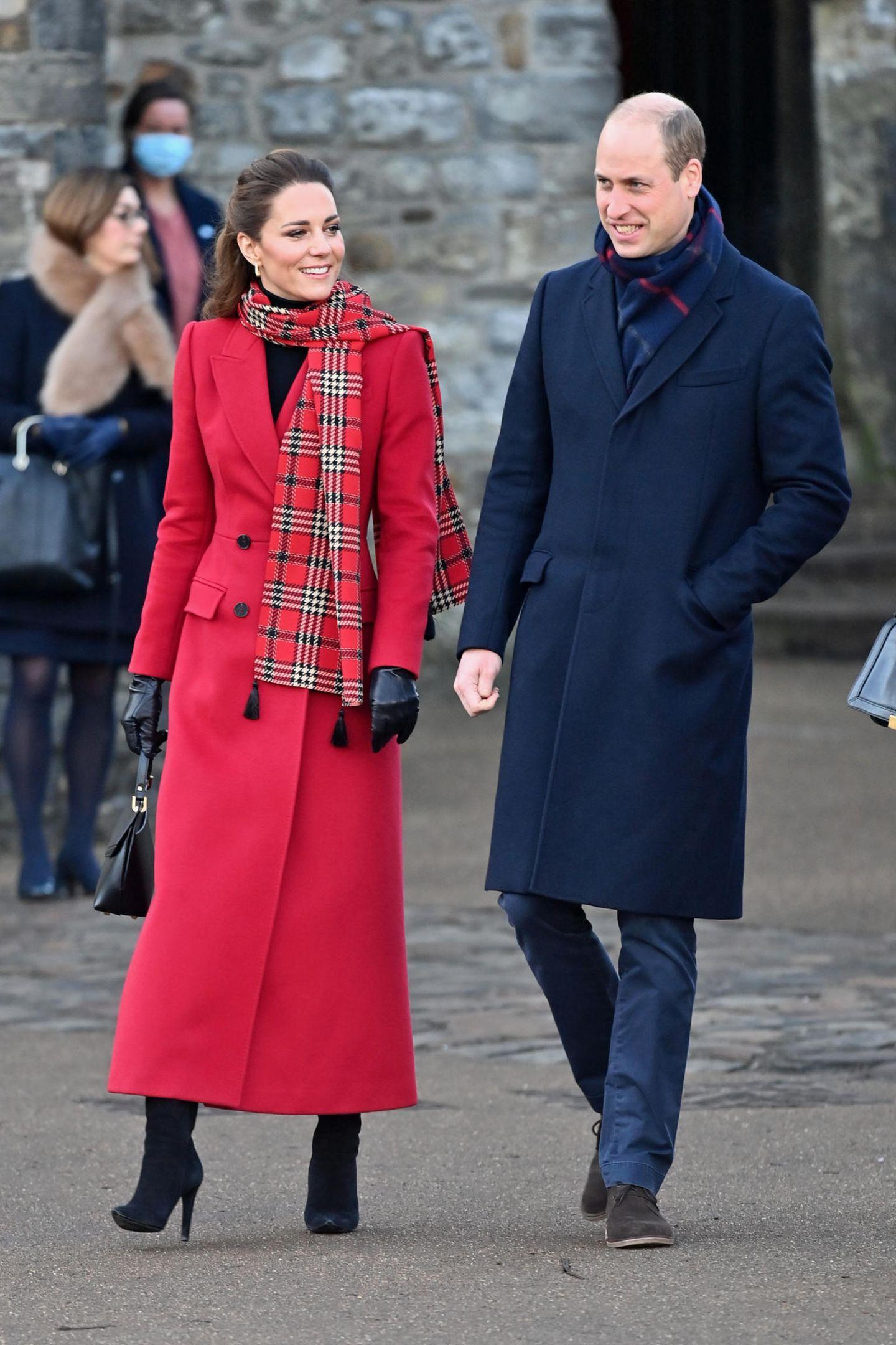 """In der Hand hält Catherine erneut die schwarze """"Love Letter""""-Tasche von Grace Han. Schwarze Handschuhe runden den eleganten Winter-Look ab."""