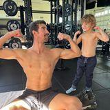 """""""Meine Muskeln sind größer, Papa"""": Mit diesem selbstbewussten Satz tritt Boomer im Muskelvergleich gegen Papa Michael Phelps an. Und der Vierjährige macht dem ehemaligen Schwimmstar jetzt schon mächtig Konkurrenz! Ob er mal in die Fußstapfen des Rekord-Goldmedaillen-Gewinners treten wird, ist vielleicht nur eine Frage der Zeit."""