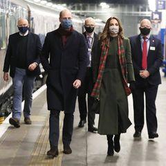 6. Dezember 2020  Am Nikolausabend starten Herzogin Catherine und Prinz William vom Londoner Bahnhof Euston Station aus ihre dreitägige Zugreise durch England, Schottland und Wales.