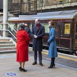 7. Dezember 2020  Nach einer Nacht im Zug kommen Herzogin Catherine und Prinz William am Montagmorgen in Edinburgh an. Standesgemäß werden sie dabei von einer schottischen Dudelsackspielerin begrüßt.