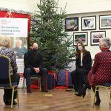 """Gegen Abend fahren Prinz William und Herzogin Catherine mit dem Zug zurück ins Herz von England. Im """"Batley Community Centre"""" danken sie Freiwilligen, die ältere Mitmenschen durch die Coronakrise geholfen haben."""