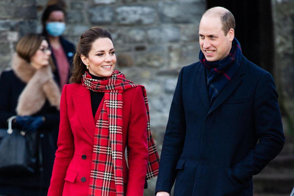 Im roten Mantel von Alexander McQueen stiehlt Herzogin Catherine allen die Show.