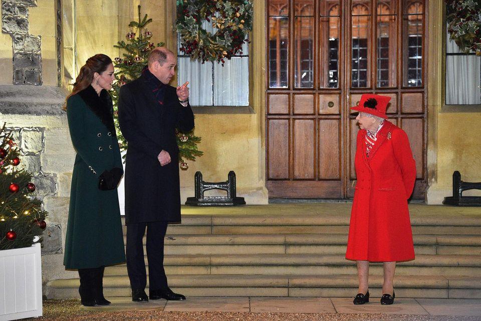 Beim letzten Termin der Reise setzt Herzogin Catherine auf einen besonderen Mantel, der das perfekte Pendant zum roten Look der Queen darstellt.