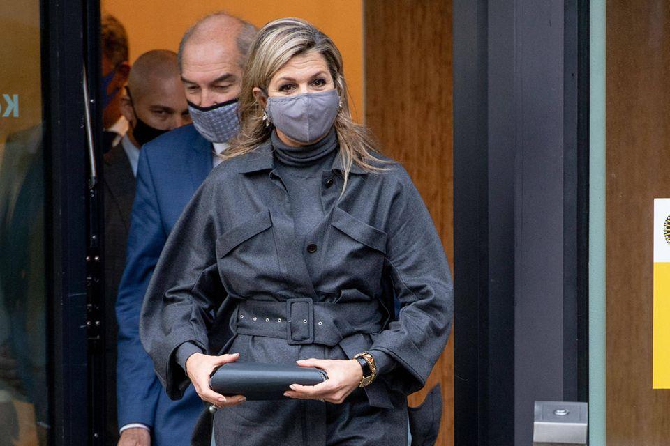 Beim Besuch der Universität Utrechts zeigt sich Königin Máxima gewohnt stilsicher und begeistert von Kopf bis Fuß in verschiedenen Blautönen. Hierbei setzt sie auf eine lässige Utility-Jacke des belgischen Designers Natan. Dazu kombiniert sie eine edle weite Hose und blaugraue Wildlederpumps von Gianvito Rossi. Was für ein cooler Look!