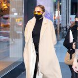 """Für Jennifer Lopez ging's im Luxuslook zum Luxus-Shopping bei Hermès, Chanel und Dior an der Madison Avenue in New York. Die Sonnenbrille ist von Fendi, die Tasche von Hermès –die """"TannahBooties"""" aus ihrer eigenen Kollektion sind wohl die günstigsten Teile an J.Los Look."""