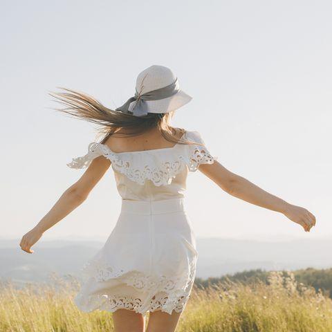 Aszendent Jungfrau: Frau im weißen Sommerkleid.