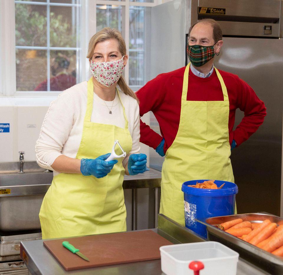 8. Dezember 2020  Gräfin Sophie und Prinz Edward haben sich die Küchenschürzen übergeworfen und packen mit an. In einem Gemeindezentrum der englischen Stadt Woking hilft das royale Paar bei der Zubereitung warmer Speisen für bedürftige Menschen.
